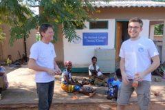 Sambia: Arbeit im Busch erfordert Improvisationstalent